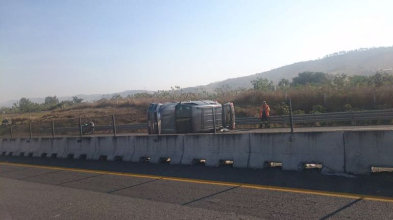 Vuelca camioneta en autopista Guadalajara-Colima