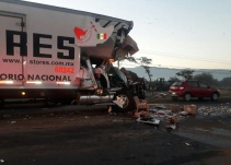 Se impacta Tráiler contra pipa en Tlajomulco