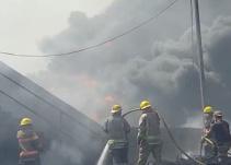 Se incendian varios autos en un corralón de Tala