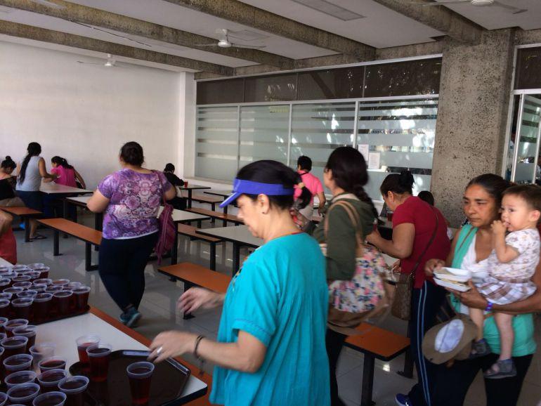 Voluntarios apoyan a familiares de enfermos del Hospital Civil Viejo con alimentos