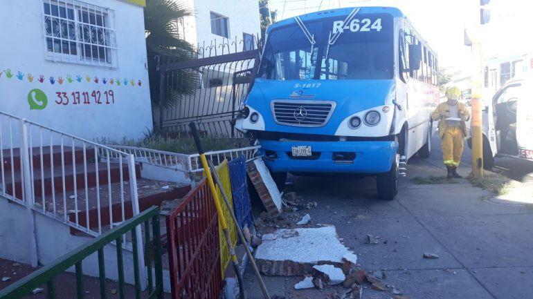Choque de camión contra un kínder deja 3 lesionados