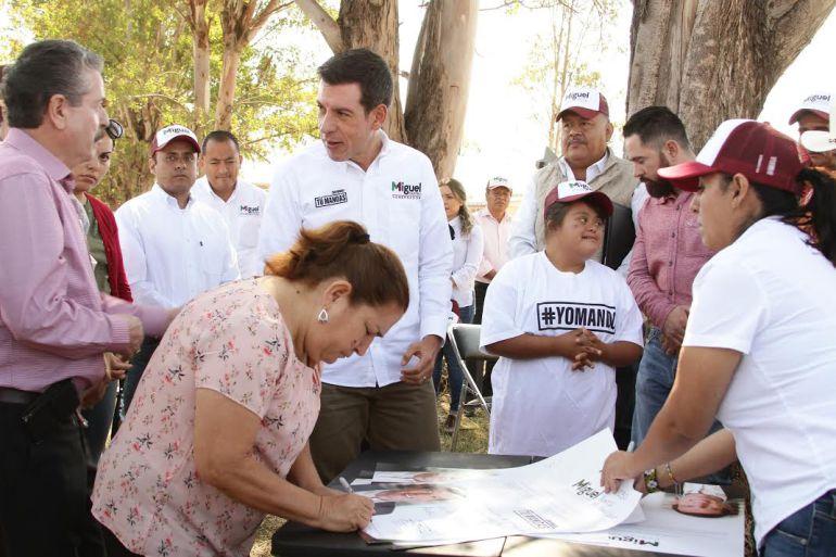 Miguel Castro promete módulos de maquinaria en Acatic