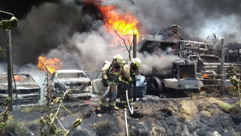 Incendio en corralón daña más de 200 automóviles