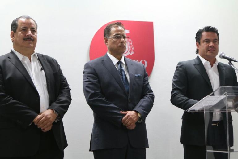 Raúl Rivera, académico del CUCSH (centro) cuenta con un doctorado en derecho
