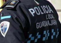 Ex policía de Guadalajara se encadena en demanda del pago de su pensión