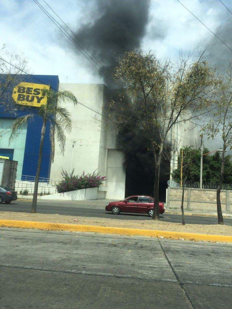 Se registra incendio en plaza comercial de Zapopan
