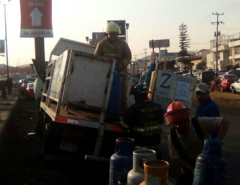 Camión repartidor de gas se impacta contra muro de contención en Lázaro Cárdenas