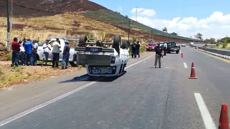 Muere una persona tras la volcadura de una camioneta del PAN en Tequila