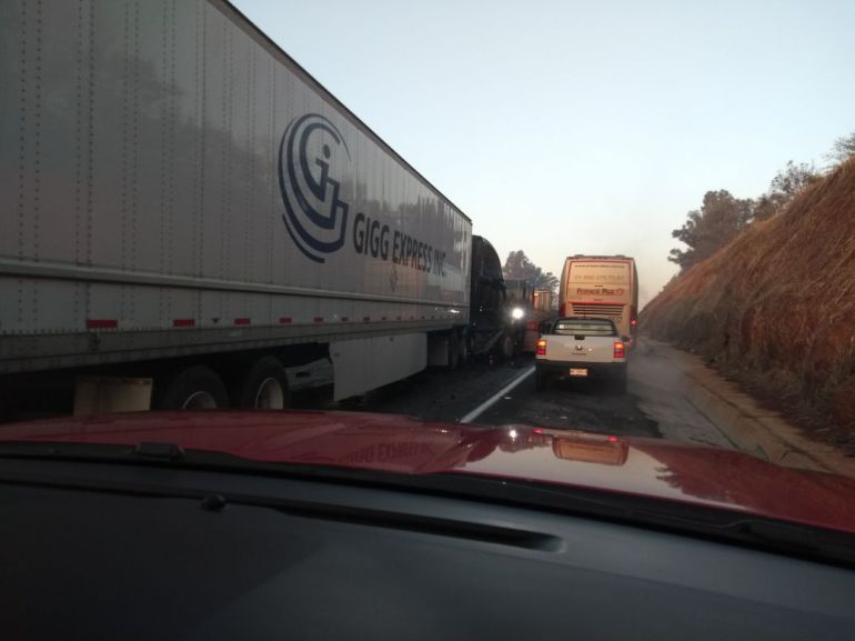 Por choque entre tráilers, colapsa autopista a Lagos de Moreno