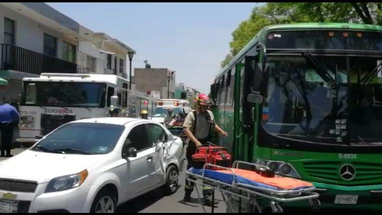Choque entre minibús y auto compacto deja nueve lesionados
