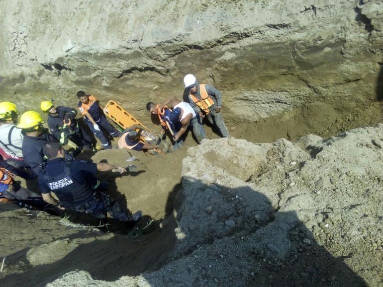 Rescatan a tres trabajadores, después de un derrumbe en Zapopan