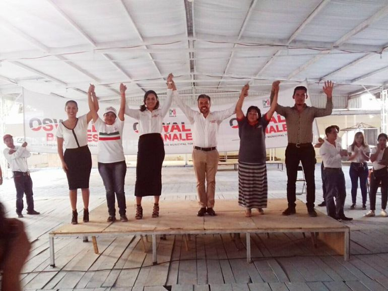 Bañales promete mejorar servicios de la comunidad La Luz del Mundo