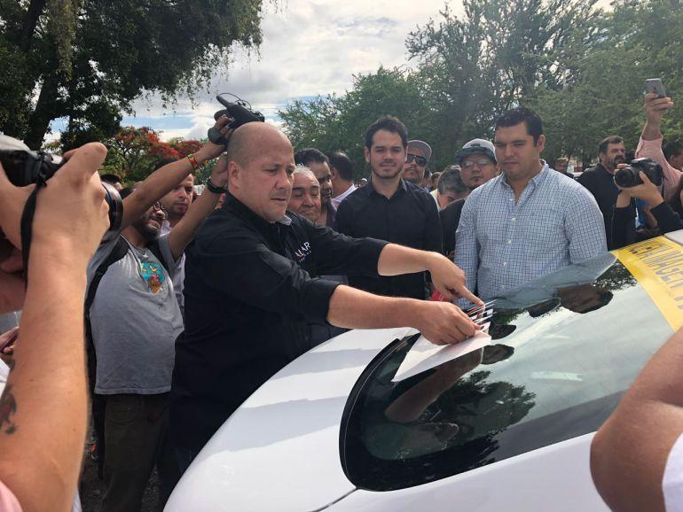 Promete Alfaro revisar todas las concesiones de taxis