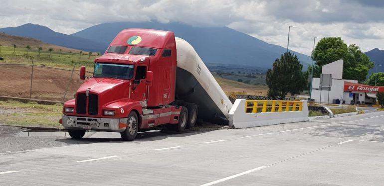 Cierran Autopista Gdl – Tepic en El Arenal por fuga de amoniaco