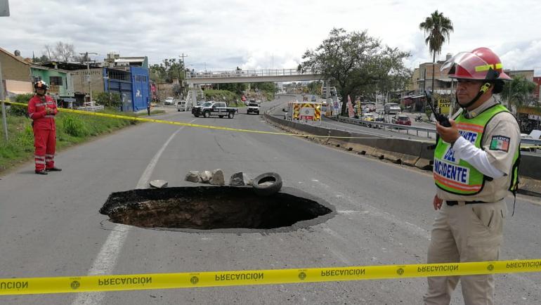 Socavón causa cierre en carretera a Saltillo