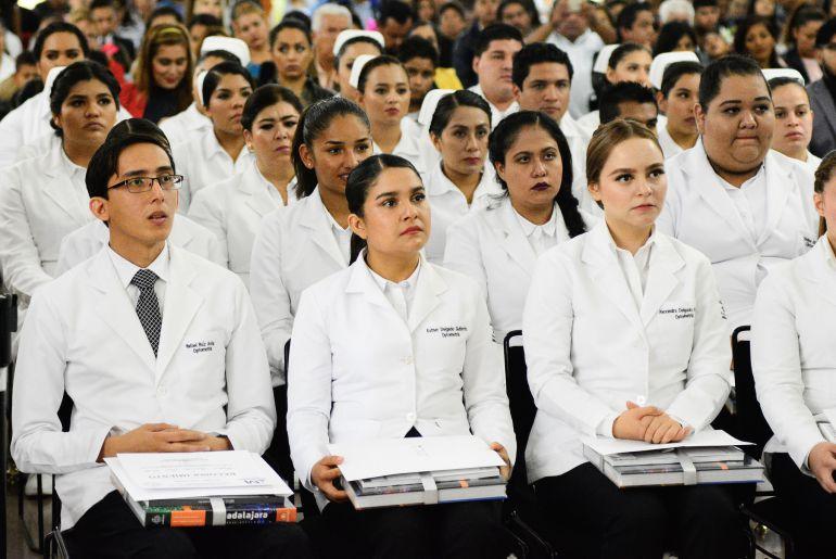 Se gradúan 72 alumnos de la Academia de Enfermería y Optometría en Guadalajara