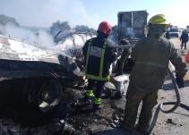 Se incendia camión tras chocar contra tráiler en Ojuelos