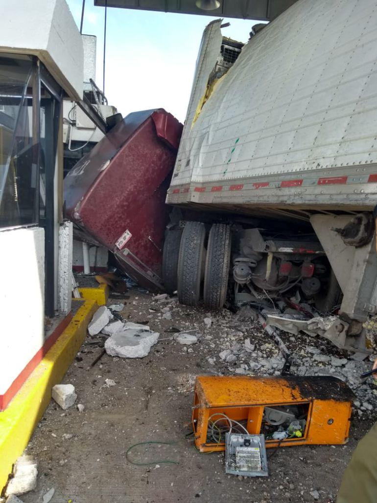 Tráiler se estrella contra varios autos que esperaban pagar una caseta de cobro
