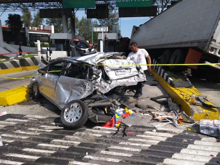 Este miércoles se presentó un choque de tráiler en una caseta de Nayarit arrastrando a los autos que estaban formados en fila
