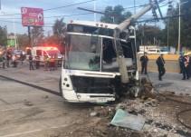 Choca camión de personal contra un poste; hay 5 lesionados