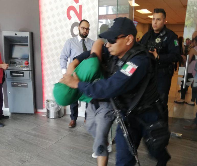 Arrestan a un delincuente durante asalto bancario en Guadalajara