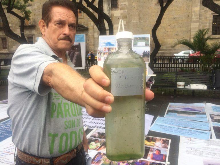Llevan en botellas contaminación de la cuenca Lerma-Chapala a palacio de gobierno