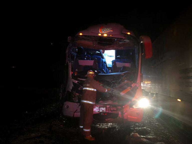 Choque de autobús deja 18 lesionados
