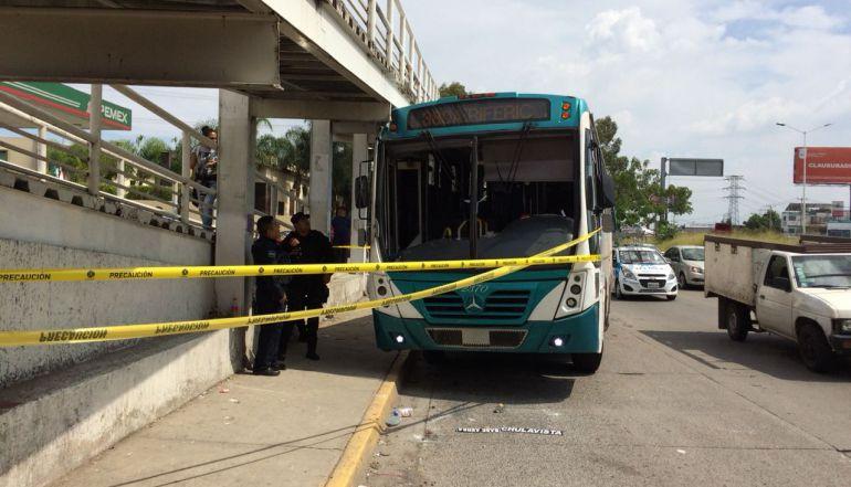 Camión de la 380-A choca contra puente peatonal