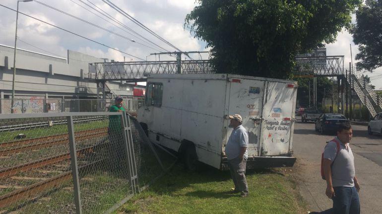 Camioneta se estrella contra malla ciclónica del tren ligero