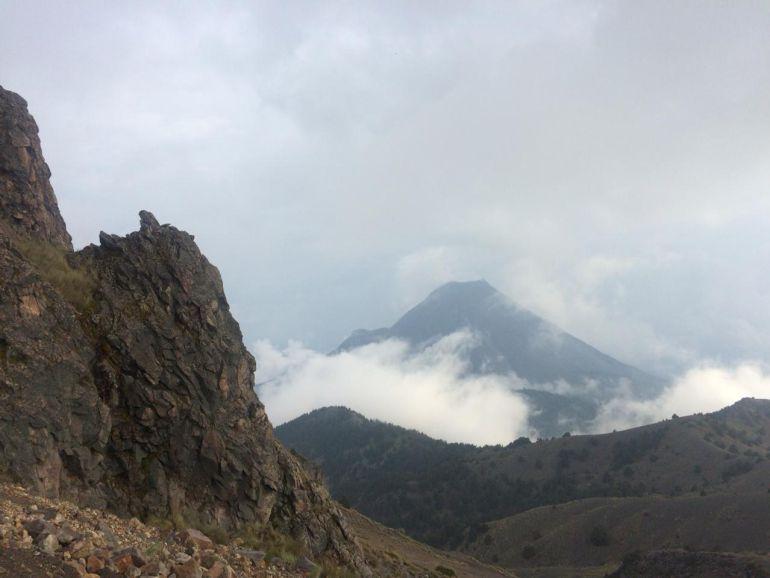 Volcán de Colima presenta exhalación constante de vapor de agua