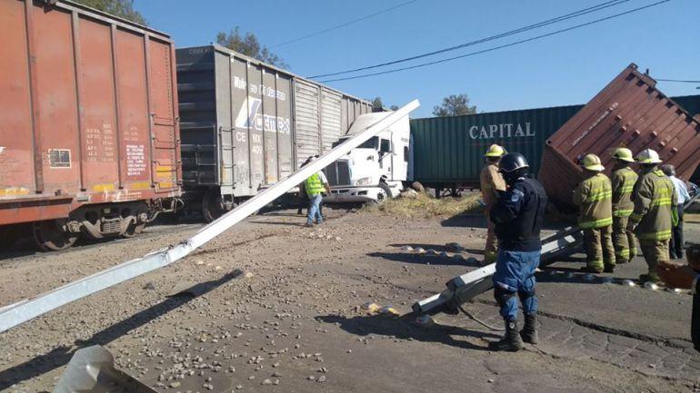 Se impacta un tráiler contra el ferrocarril