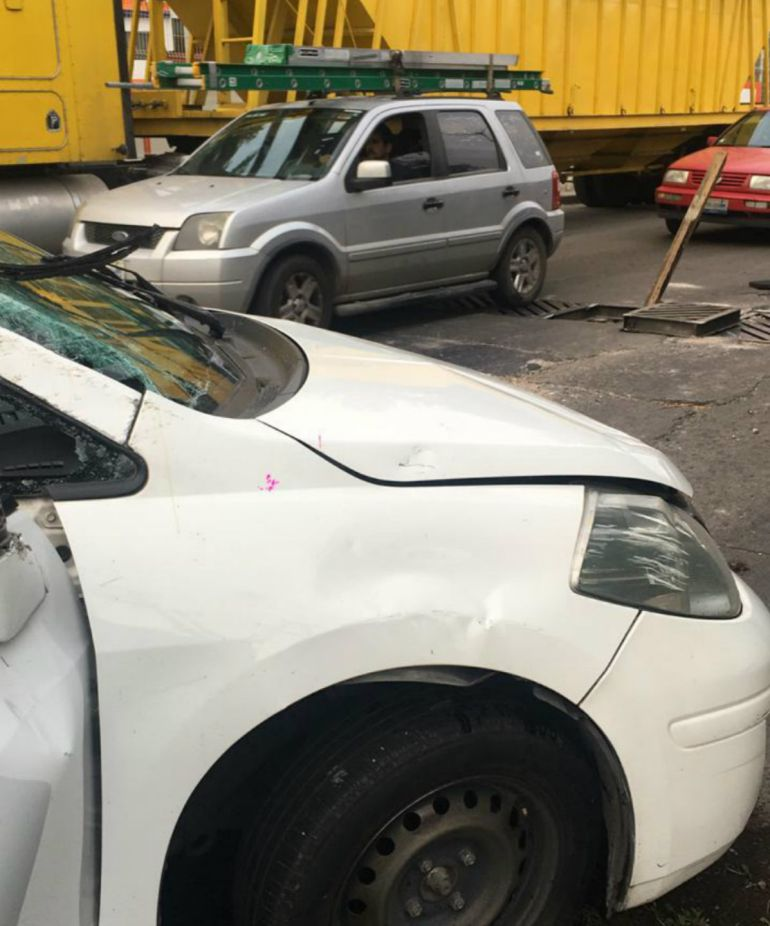 Alcantarilla causa volcadura en Guadalajara