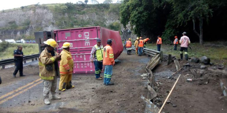 Cierran autopista a Colima por volcadura de tráiler