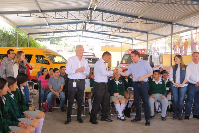 Gobernador entrega apoyos sociales a Tapalpa y Techaluta
