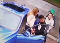 Despojan a mujer de su auto, cámara capta el momento