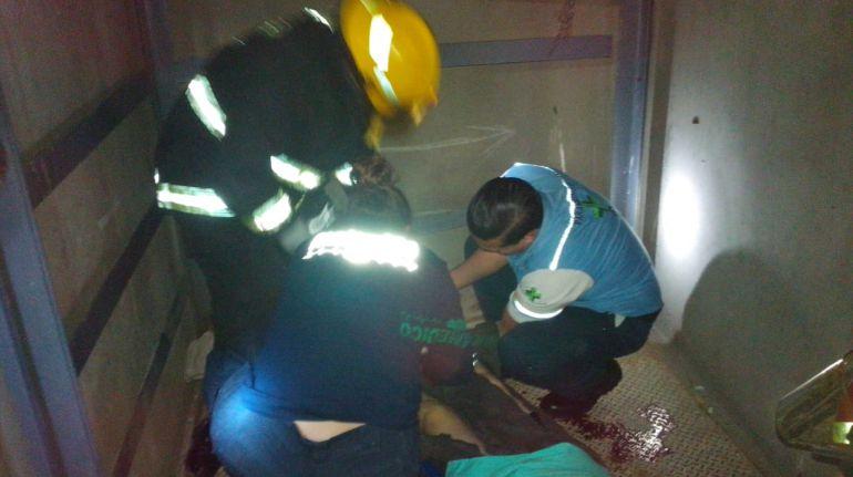 Dos personas resultan lesionadas tras la caída de un elevador