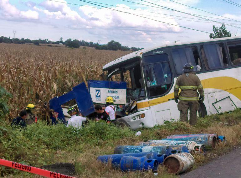 Choque deja 30 lesionados en carretera Santa Rosa - La Barca