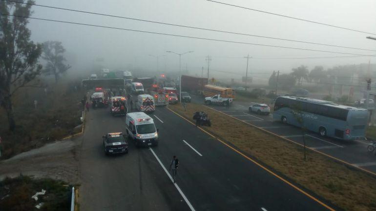 Accidente entre tráiler y camión de pasajeros deja 20 lesionados