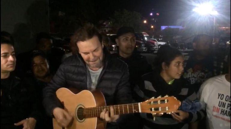 Vocalista de Maná le canta a los migrantes