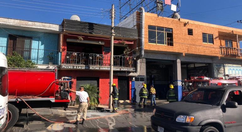 Pizzería se incendia en Guadalajara