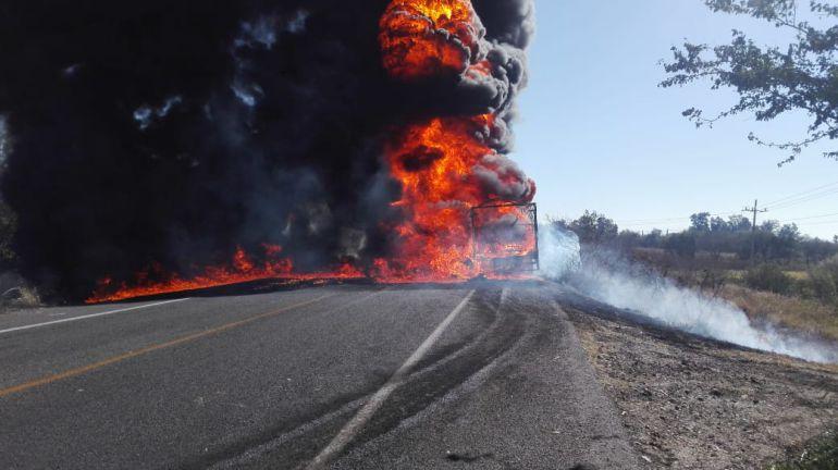 Presunto camión huachicolero se incendia en Teuchitlán