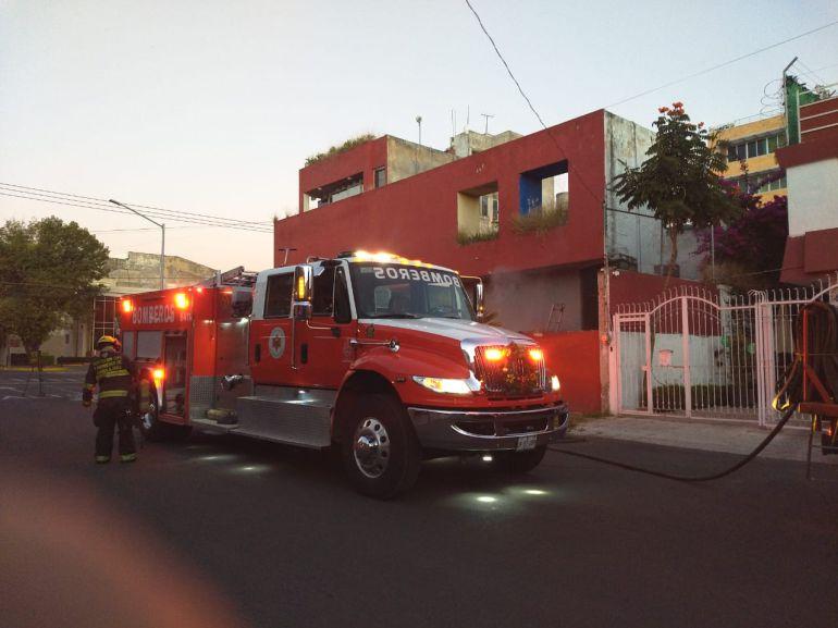 Bomberos sofocan incendio en Guadalajara