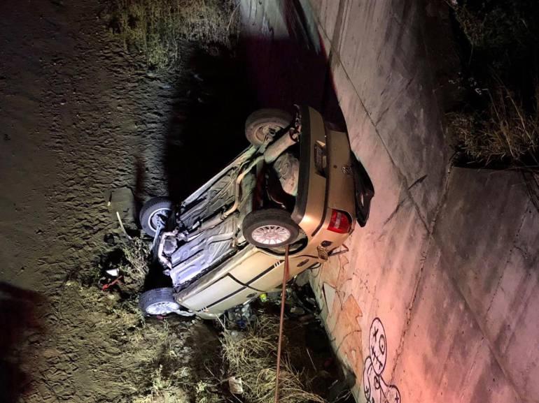 Auto cae de ocho metros de altura