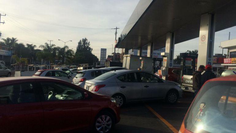 Automovilistas continúan en búsqueda de gasolina