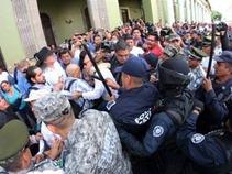 Desalojan protesta de pensionados que exigían pago de aguinaldo en Veracruz