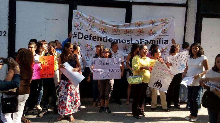 """""""Pedimos que respeten la costumbre del matrimonio entre hombre y mujer"""": Frente Nacional por la Familia"""