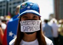 """""""Me dieron dos patadas y me quitaron el teléfono que destrozaron frente a mí"""": Elyangélica González"""