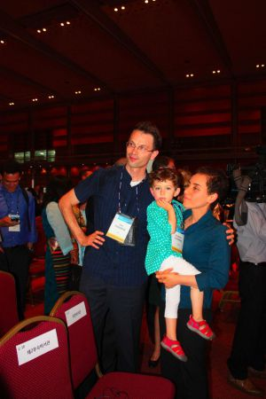 Maryam Mirzakhani con su esposo e hija.