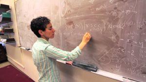 Maryam Mirzakhani durante una clase en la Universidad de Stanford.