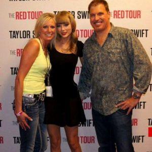 Convivencia previa a un concierto en el 2013. A la derecha de Swift está el DJ David Mueller